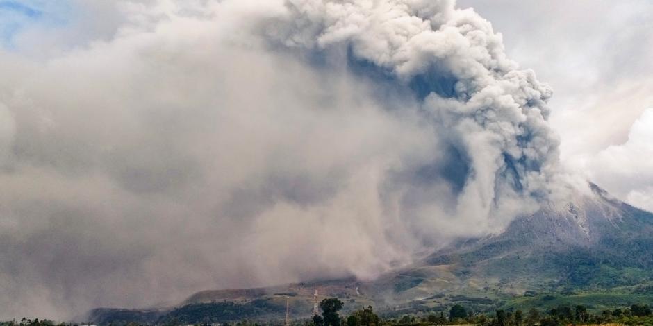 Volcán hace erupción en Indonesia