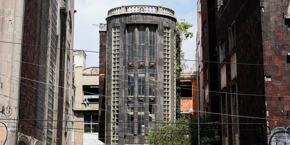 La próxima sede de la Universidad del Bienestar que albergará la Escuela de Derecho, anteriormente era el hotel Posada del Sol, ahora presenta grafitis y marcas de vandalismo.