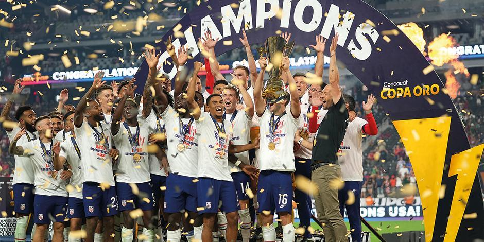 Jugadores de EU celebran, ayer, su título.