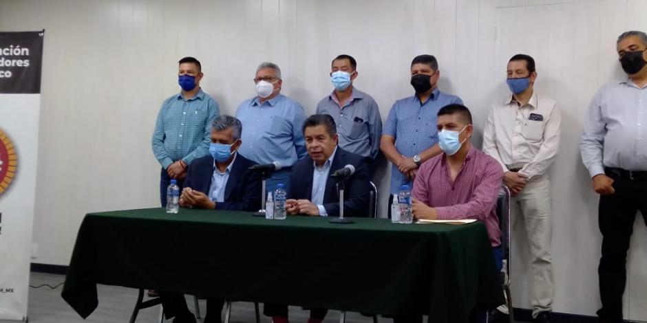 Al centro, Fernando Salgado, secretario general adjunto de la CTM; a su derecha Javier Villarreal, líder del sindicato minero, e izquierda, Martín Díaz, secretario general de la sección 8 en la Mina de Cananea.