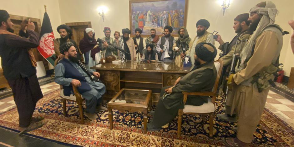 Islamistas, instalados ayer en el Palacio Presidencial, en Kabul, tras la toma de la ciudad.