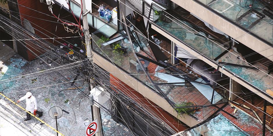 EL ACCIDENTE provocó la ruptura de cristales y el desprendimiento de barandales, y, dentro, decenas de paredes y pisos colapsados.