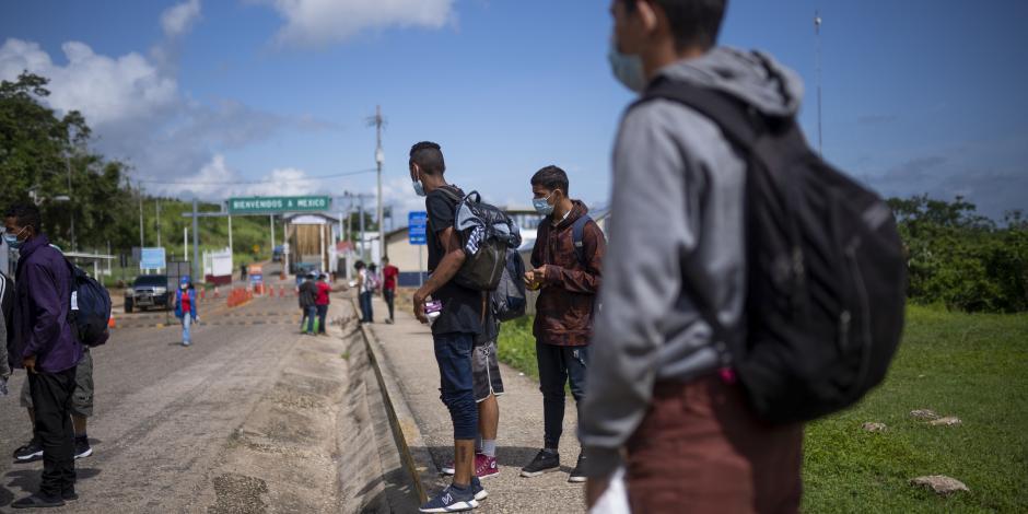 migrantes centroamericanos son dejados en El Ceibo, Guatemala, el 12 de agosto.