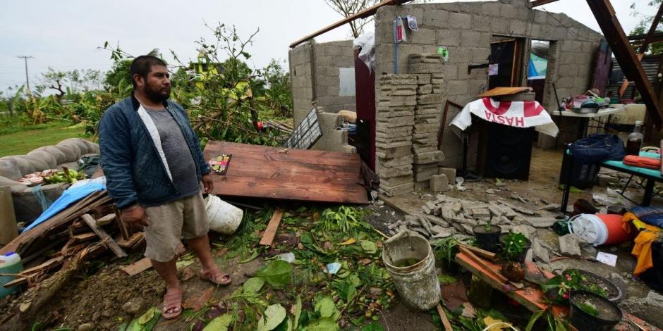 Mayolo Jiménez mira su casa que fue destruida cuando el huracán Grace azotó la costa con lluvias torrenciales, en Tecolutla, México 21 de agosto de 2021