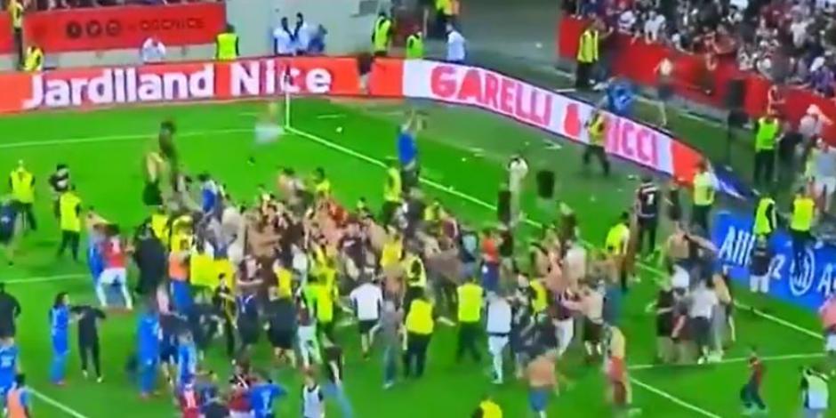 VIDEO: ¡Lamentable! Aficionados de la Ligue 1 invaden el campo en pleno partido