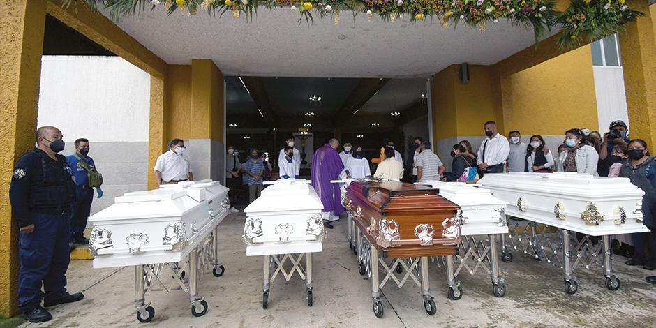 En Xalapa se llevan a cabo los servicios funerarios para Isabel y sus cinco niños.