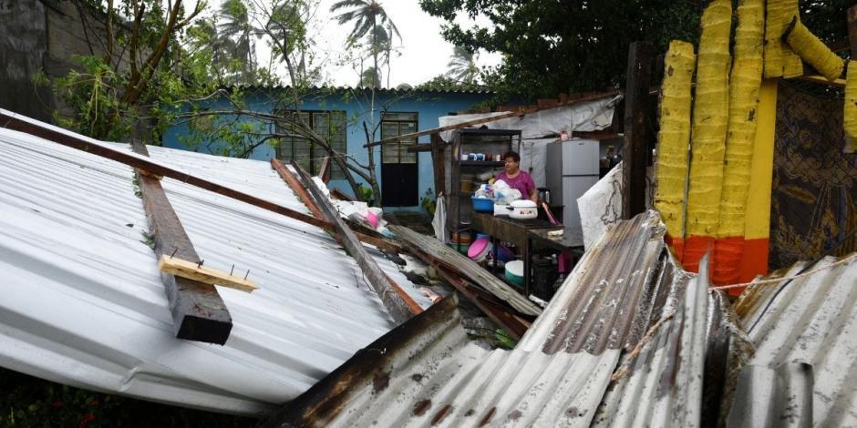 Una mujer se encuentra en medio de los escombros de su casa que fue destruida cuando el huracán Grace azotó la costa con lluvias torrenciales, en Costa Esmeralda, cerca de Tecolutla.