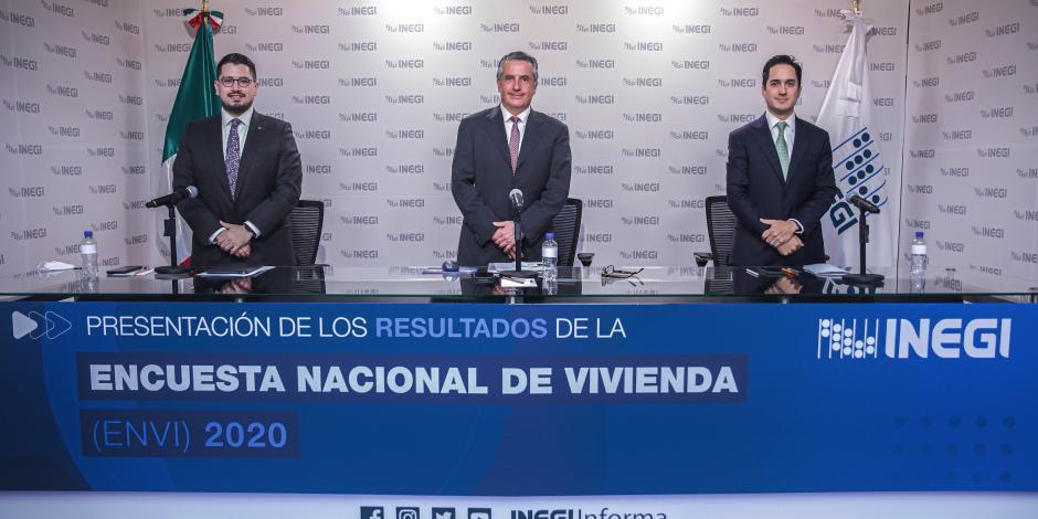 El presidente del Inegi, Julio Santaella, flanqueado por los directores del Infonavit y SHF, Carlos Martínez y Jorge Mendoza.