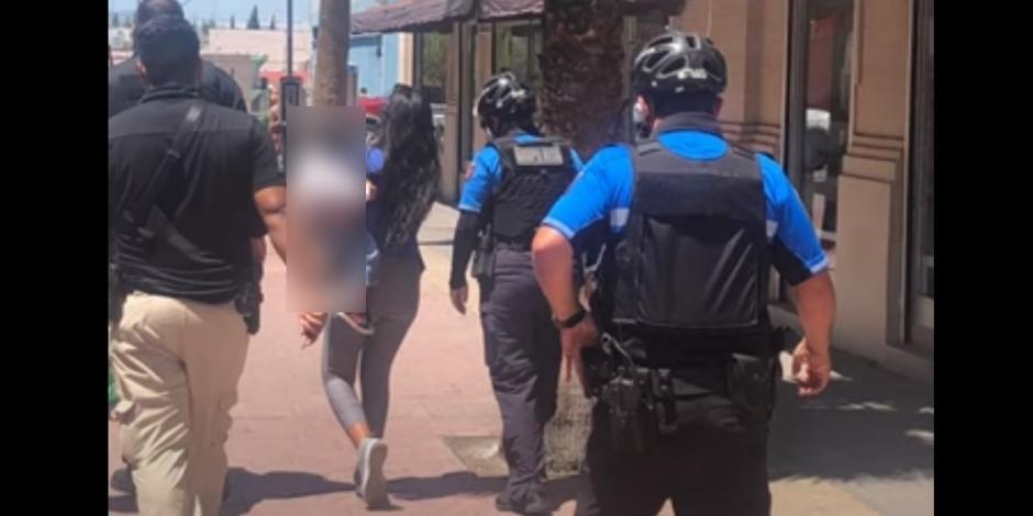 Policías se llevan detenida a mujer que se llevaba cuadernos de una tienda sin pagarlos, y aseguraron a su hijo