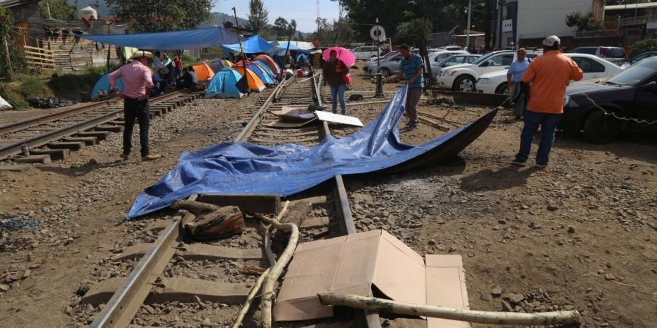 A 25 días de los bloqueos a las vías férreas en Michoacán por parte de integrantes de la Coordinadora Nacional de Trabajadores de la Educación (CNTE), empresas como Petróleos Mexicanos (Pemex) y la industria acerera han sido de las más afectadas, consider