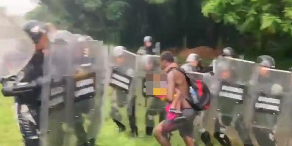 Desesperado, migrante grita a la Guardia Nacional que los maten a él y a su hijo