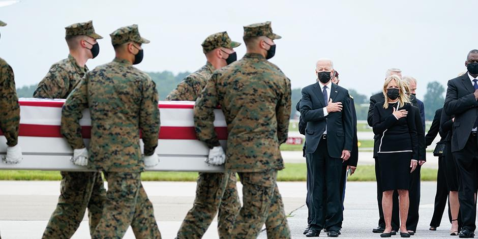 El presidente Joe Biden, junto a su esposa, Jill Biden, encabeza un homenaje a soldados caídos en Kabul. ayer.