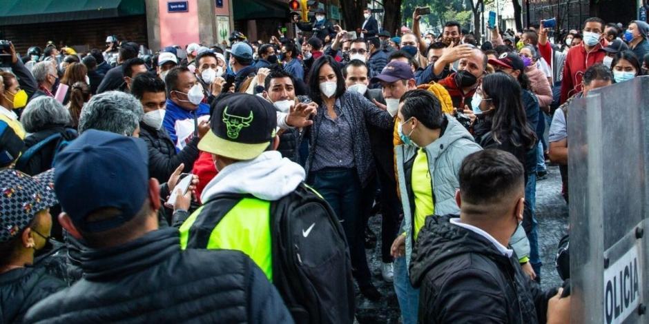 La Unión de alcaldes y alcaldesas, quienes habían convocado a conferencia de prensa en el Congreso de la Ciudad de México, se enfrentaron a policías de la capital que mantenían un operativo de seguridad en las inmediaciones del inmueble. La alcaldesa elec