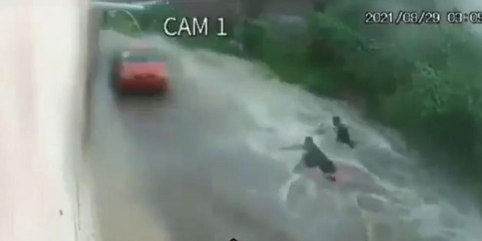 VIDEO: En Ecatepec, corriente de agua arrastra a dos hombres