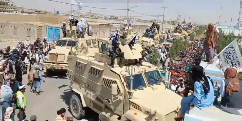 """Talibán presume """"fuerza"""" con el equipo que abandonó EU en Afganistán"""