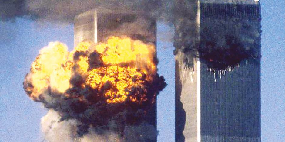 Las torres gemelas arden luego de ser impactadas por un avión cada una, en 2001; hecho que provocó que ambas cayeran casi una hora después del golpe.