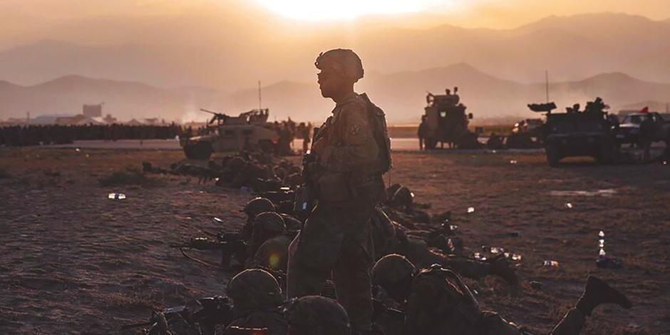 Soldados estadounidenseS  vigilan las inmediaciones del aeropuerto de Kabul, el mes pasado.