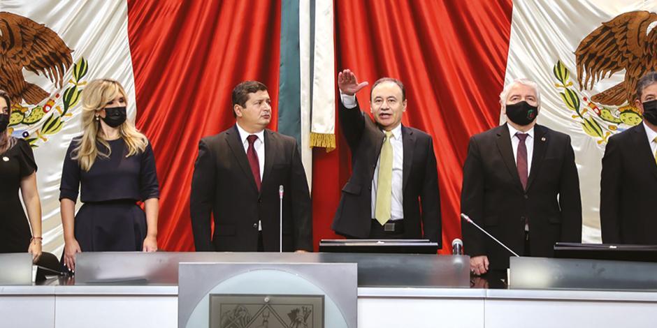 Alfonso Durazo al rendir protesta ayer como gobernador de Sonora; a la izquierda, Claudia Pavlovich, mandataria saliente.
