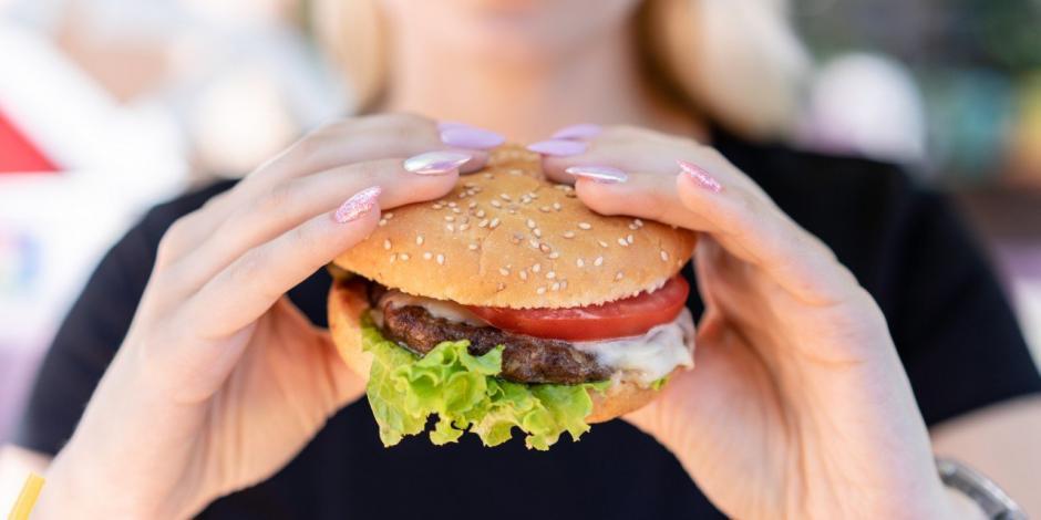 una mujer encontró un dedo humano en su hamburguesa, y esto descubrieron autoridades