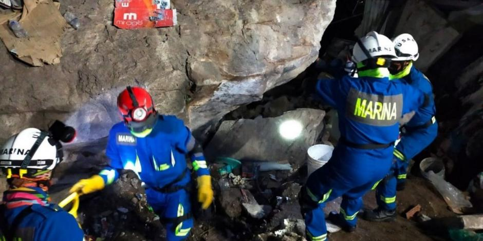 Personal de la Secretarían de Marina-Armada de México participan en labores de auxilio a la población en el Municipio de Tlalnepantla, en donde varias casas fueron afectadas por un desgajamiento del cerro del Chiquihuite.