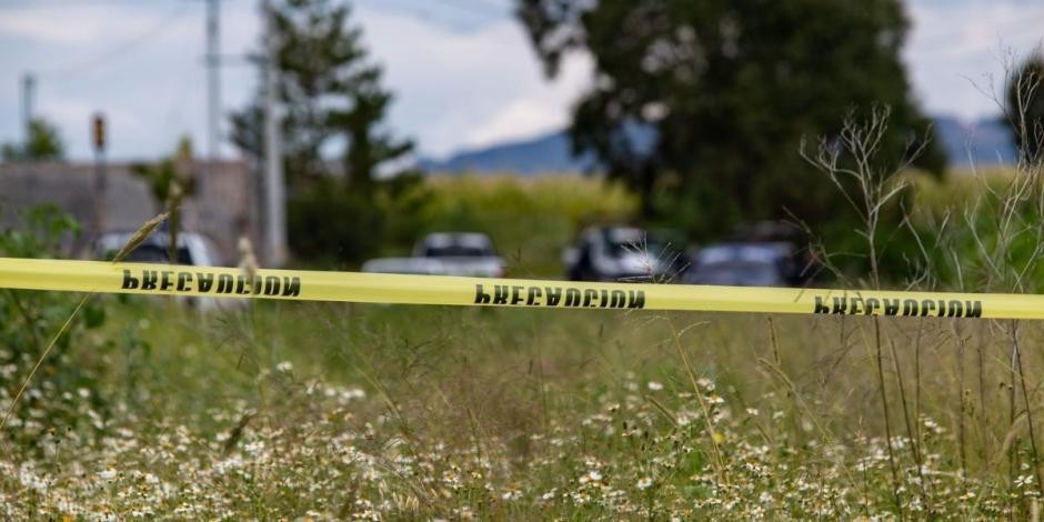 Policías de investigación y peritos de la Fiscalía General de Justicia del Estado entran y salen de una finca en la comunidad de Machines. En el lugar fueron encontrados diez cuerpos humanos semi enterrados en una fosa clandestina en el interior del inmue