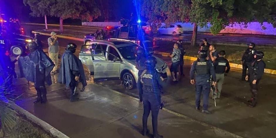 Elementos de la Policía Estatal vigilan el exterior del penal de Aguaruto