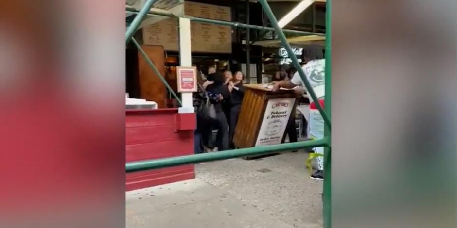 Turistas golpean a empleada de restaurante por pedirles certificado de vacunación