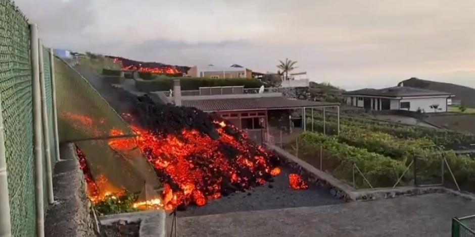 Lava de volcán de La Palma entra a las casas
