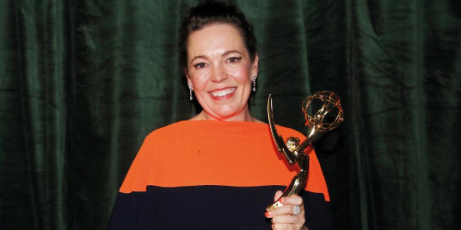 Olivia Colman, posa con su premio a Mejor Actriz. por The Crown.