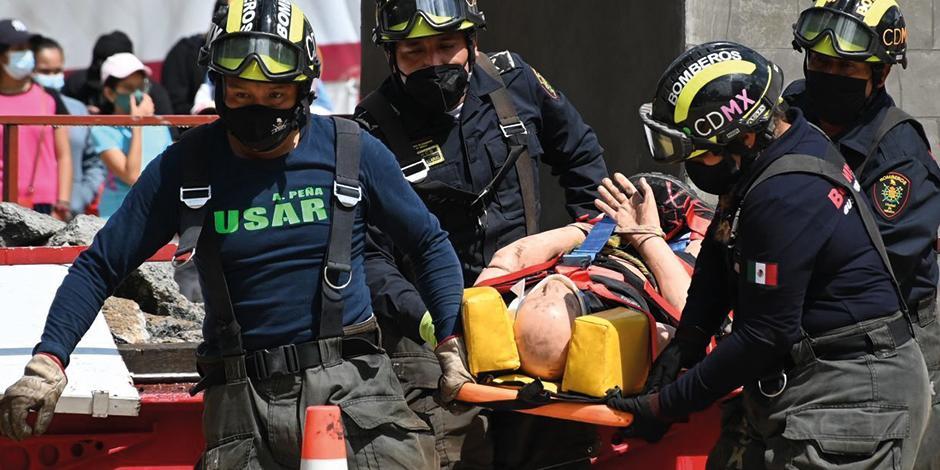 Elementos de Protección Civil realizaron ejercicios de rescate en la Ciudad de México, ayer.