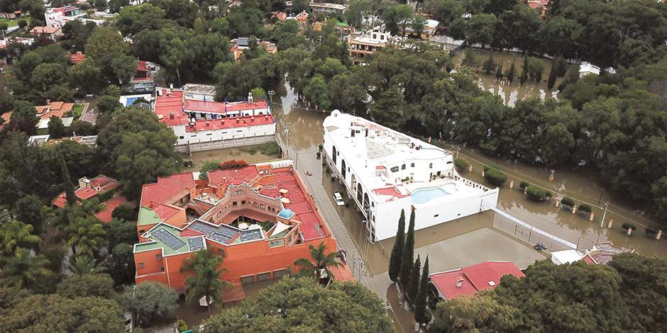 El centro de Tequisquiapan, en Querétaro, resulta afectado debido a los escurrimientos del río San Juan y de la presa Centenario, el fin de semana.