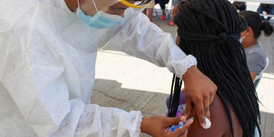 Aplican vacuna contra COVID-19 a 99 migrantes en Chiapas