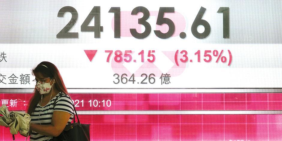 Pizarra electrónica muestra la caída de la bolsa de valores de Hong Kong, ayer.