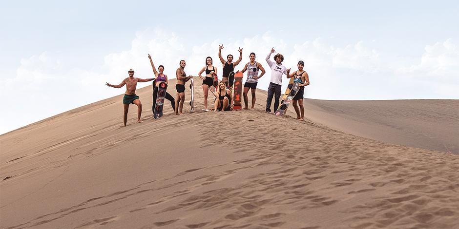 Iván Miranda y el equipo de Monkey Fish, después  de practicar sandboard  en Chachalacas.