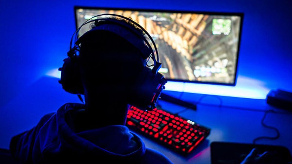 Joven muere frente a la computadora por jugar videojuegos sin descanso
